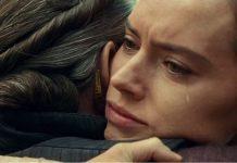 Duas mulheres em abraço emocionante buscando acreditar em si mesma