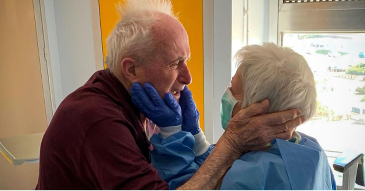 casal-de-idosos-casados-ha-52-anos-se-encontram-apos-1-mes-separados-e-se-emocionam