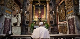 papa-reza-em-frente-ao-crucifixo-que-segundo-crentes-pos-fim-a-peste-de-1522