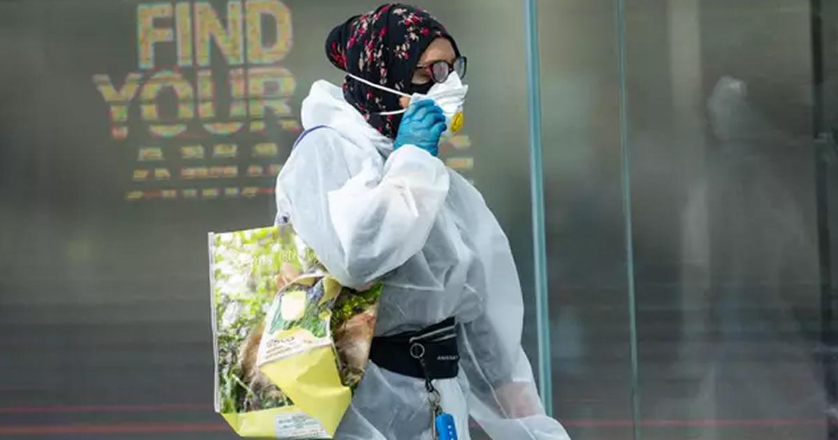 mulher-usa-macacao-mascara-e-luvas-de-epi-para-ir-ao-supermercado