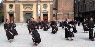 padres-e-freiras-dao-um-show-de-danca-e-alegria-na-rua