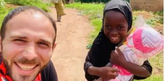 menina-orfa-da-nigeria-ganha-sua-primeira-boneca-e-sua-alegria-contagia-a-todos