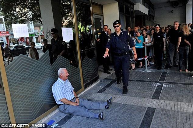 homem-idoso-chorando-em-frente-ao-banco-por-nao-ter-recebido-a-pensao