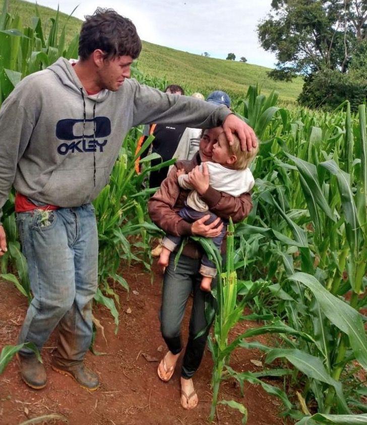 mãe-com-o-filho-encontrado-na-plantação