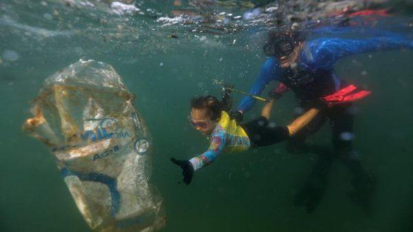 menina-comlurb-mergulho